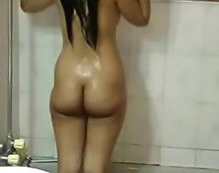 热印度青少年妹妹meenal sood在淋浴