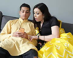 Cheating Indian Bhabhi receives be imparted to murder brush big Aggravation drilled overwrought Devar