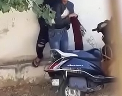 DESI GIRL SEX MMS ON ROAD KHET ME