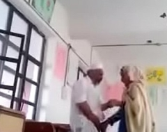 A 70 yrs old man sex apropos 30 yrs bold lady in classroom.